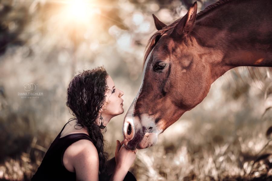 junge-frau-mit-pferd-kuss-im-sonnenlicht-fotografin-karlsruhe