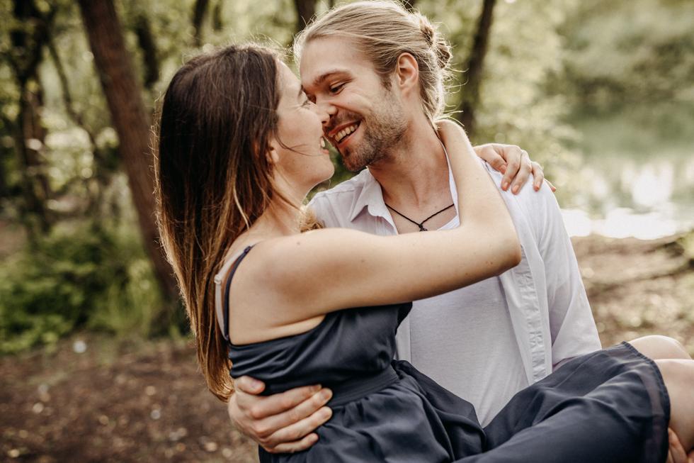 Paarfotos Karlsruhe Kuss im Wald