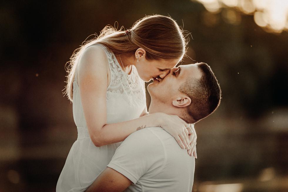 Pärchen Kuss im Abendlicht
